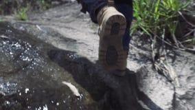 Mannelijke voet die op steen in berg stappen Mannelijke voet in schoen die langs rotsachtige berg in reis lopen Reis, trekking en stock footage