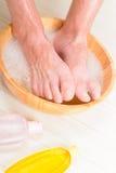 Mannelijke voeten in een kom Stock Foto