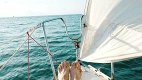 Mannelijke voeten op de boog van een varende jachtclose-up in de open zee stock video