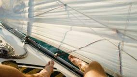 Mannelijke voeten op een varende jachtclose-up in het overzees stock videobeelden