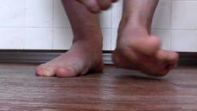 Mannelijke voetpaddestoel die het intense kaarden veroorzaken stock video