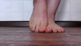 Mannelijke voetpaddestoel die het strenge jeuken veroorzaken stock video