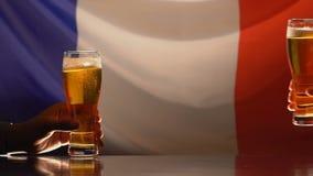 Mannelijke vrienden die bierglazen, Franse vlag op achtergrond, de steun van het sportenteam nemen stock footage