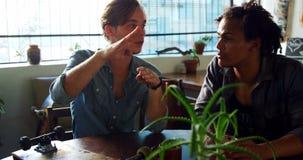 Mannelijke vrienden die met elkaar interactie aangaan 4k stock footage