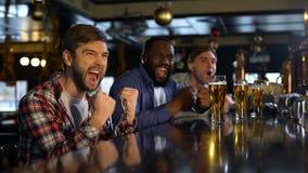 Mannelijke vrienden die die voor sporten spel toejuichen, met overwinning van nationaal team wordt opgewekt stock footage