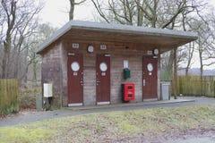 Mannelijke vrouwelijke houten bosbouw van kampeerterrein verkent de openbare toiletten voor leurderskampeerauto's gidsen royalty-vrije stock foto's