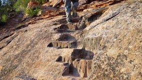 Mannelijke wandelaar die op Ute Canyon-sleep lopen stock videobeelden