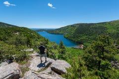 Mannelijke wandelaar die van de mening van Jordan Pond in het Nationale Park van Acadia genieten stock afbeelding
