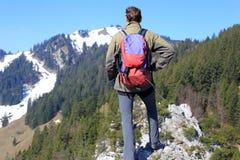 Mannelijke wandelaar op berg met rugzak Stock Foto's