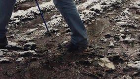 Mannelijke wandelaargangen door modder en vulklei stock video