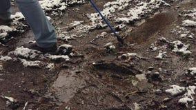 Mannelijke wandelaargangen door modder en vulklei stock footage