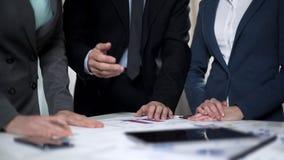 Mannelijke werkgever die advies geven aan vrouwelijke managers die aan investeringsplan werken stock fotografie