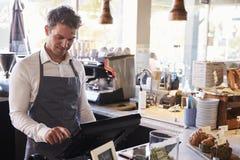 Mannelijke Werknemer die bij Delicatessencontrole werken royalty-vrije stock foto