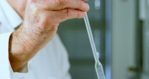 Mannelijke wetenschapper die in laboratorium 4k experimenteren stock footage