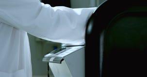 Mannelijke wetenschapper die machine in laboratorium 4k met behulp van stock videobeelden