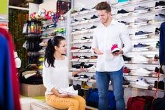 Mannelijke winkel hulp helpende klant stock foto