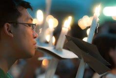 Mannelijke Worshiper met Aangestoken Kaarsen stock foto