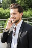 Mannelijke zakenman of arbeider in zwart kostuum die op telefoon spreken Royalty-vrije Stock Foto