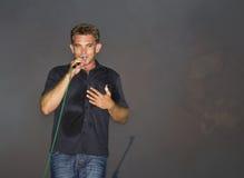 Mannelijke zanger/musicus op stadium stock foto