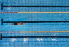 Mannelijke zwemmers zwemmende overlappingen in een pool Stock Foto's