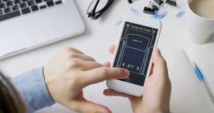 Mannen ändrar avlägset temperatur i hans bilbilfjärrkontroll genom att använda den uppdiktade manöverenheten för smartphoneapplik stock video