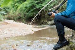 Mannen är att fotvandra som är utomhus- med floden och, tar bildbegreppet Lifest Fotografering för Bildbyråer