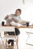 Mannen är den läs- tidningen Royaltyfri Bild