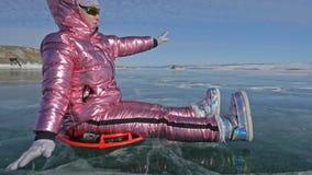 Mannen är den roterande kvinnan på is Fadern vänder hans dotter och hennes moder på en is Familjen har gyckel och sporttid in stock video
