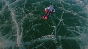 Mannen är den roterande kvinnan på is Fadern vänder hans dotter och hennes moder på en is Familjen har gyckel och sporttid in arkivfilmer