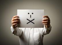 Mannen är hållande vitbok med leende Förseglade kanter Conc tystnad arkivfoto