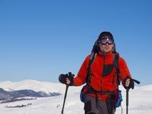 Mannen är i bergen i vinter royaltyfri bild