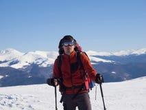 Mannen är i bergen i vinter royaltyfria bilder
