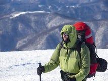 Mannen är i bergen i vinter royaltyfria foton