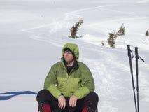 Mannen är i bergen i vinter arkivbild