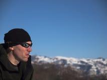Mannen är i bergen i vinter arkivfoton
