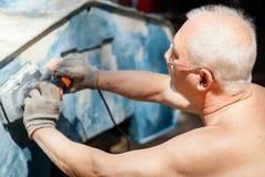 Mannen är reparera och mala ett gammalt fartyg arkivfoto