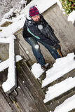 Mannen är snö som skyfflar med en snölangare Arkivbild