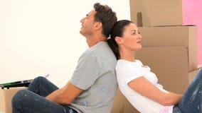 Mannen är tillbaka att dra tillbaka hans fru lager videofilmer