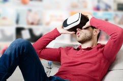 Mannen är upphetsad om virtuella verkligheten i exponeringsglas 3D Royaltyfri Foto