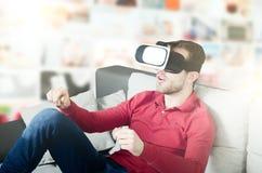 Mannen är upphetsad om virtuella verkligheten i exponeringsglas 3D Arkivbilder