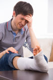 Mannen är uppriven, och känseln smärtar Arkivfoto