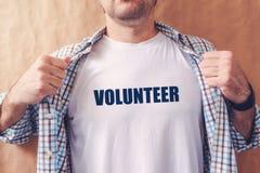 Mannen är volontären arkivfoto