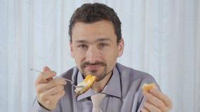 Mannen äter den näringsrika frukosten stock video