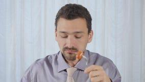 Mannen äter hans frukost med aptit stock video