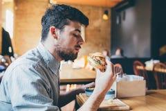Mannen äter i en restaurang och tycker om läcker mat Royaltyfri Fotografi