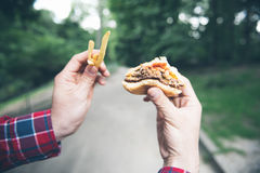 Mannen äter i parkera och tycker om läcker mat Fotografering för Bildbyråer