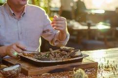 Mannen äter kött i restaurangen royaltyfri bild