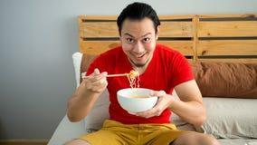 Mannen äter nudlar Arkivfoton