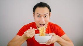 Mannen äter nudlar Royaltyfri Bild
