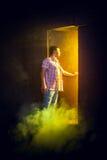 Mannen öppnar dörren Arkivfoto